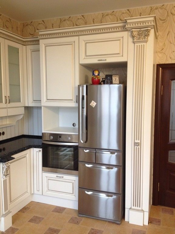 кухня с холодильником в углу фото так, что