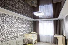 Натяжной потолок ТЕХО двухуровневый черный глянцевый в гостиной
