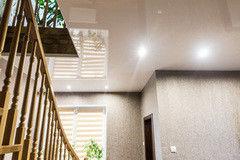 Натяжной потолок ТЕХО глянцевый молочный со светильниками