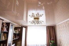 Натяжной потолок ТЕХО бежевый глянцевый в гостиной