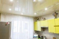 Натяжной потолок ТЕХО белый глянцевый с карнизом