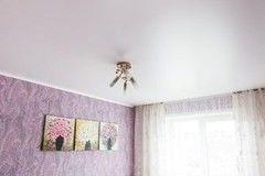 Натяжной потолок ТЕХО белый сатиновый в спальне
