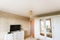 Натяжной потолок ТЕХО матовый в спальне с люстрой