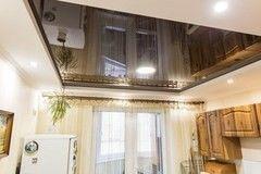 Натяжной потолок ТЕХО двухуровневый черный глянцевый в кухне