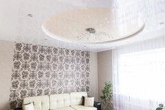 Натяжной потолок ТЕХО двухуровневый в гостиной с люстрой