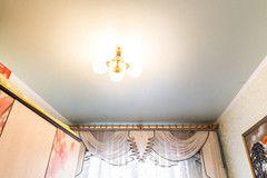 Натяжной потолок ТЕХО сатиновый в гостиной