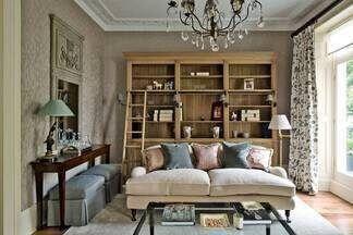 Компактная и изящная гостиная как с картинки: немного прованса, чуть французской классики и  благородное дерево